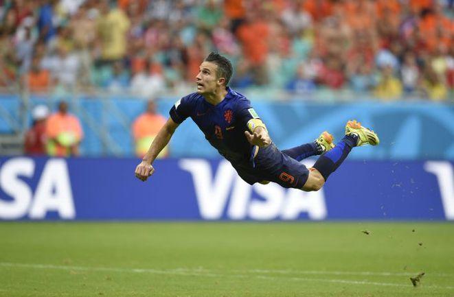 13 июня. Салвадор. Испания - Голландия - 1:5. 44-я минута. Нападающий голландцев Робин ВАН ПЕРСИ сравнивает счет. Фото AFP