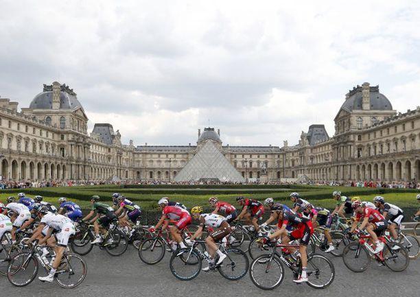 """Воскресенье. Париж. Пелотон проезжает мимо Лувра на последнем этапе """"Тур де Франс"""". Фото AFP"""
