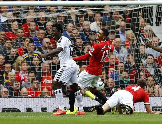 """Суббота. Манчестер. """"Манчестер Юнайтед"""" - """"Суонси"""" - 1:2. 28-я минута. Вилфрид БОНИ, Крис СМОЛЛИНГ и Фил ДЖОУНС наблюдают за голом Ки Сон Ена. Фото Reuters"""