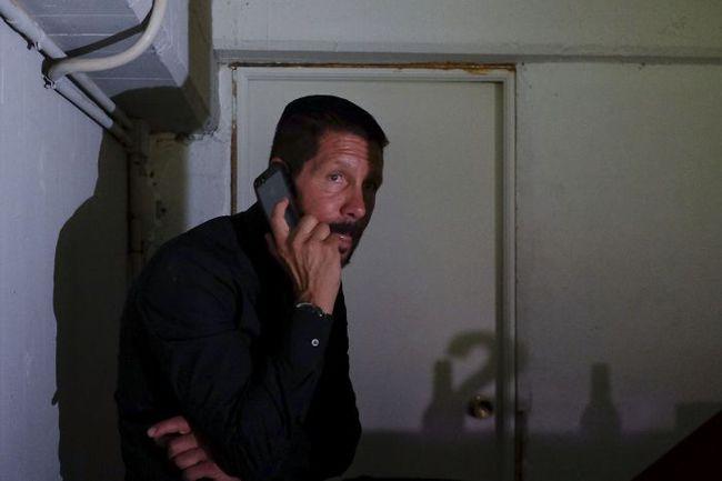 """Понедельник. Мадрид. """"Райо Вальекано"""" - """"Атлетико"""" - 0:0. Дисквалифицированный наставник """"матрасников"""" Диего СИМЕОНЕ подсказывает своим помощникам по телефону. Фото AFP"""