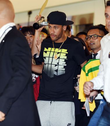 """Когда нападающий """"Барселоны"""" и сборной Бразилии НЕЙМАР не на футбольном поле, его вполне можно перепутать с рэп-звездой. Фото AFP"""