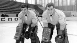 Вратари сборной СССР на Олимпиаде-1972 Владислав ТРЕТЬЯК и Александр ПАШКОВ (справа).