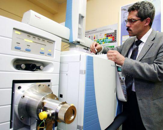 Григорий РОДЧЕНКОВ в лаборатории хромато-масс-спектрометрии. Фото Виталий БЕЛОУСОВ, ТАСС