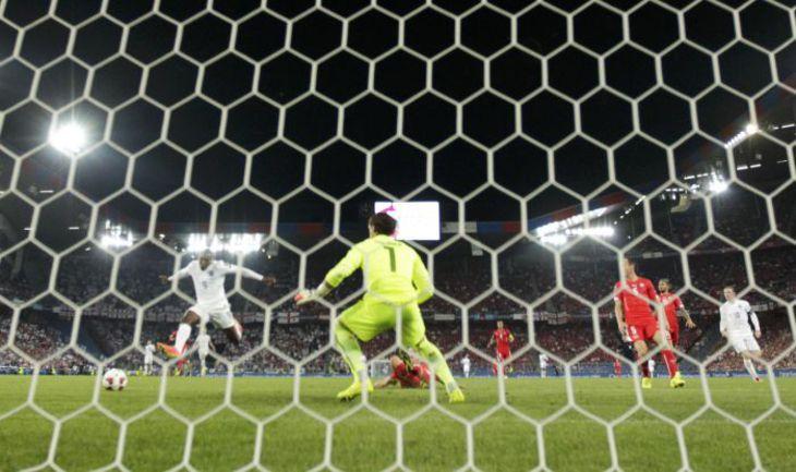 Вчера. Базель. Швейцария - Англия - 0:2. Автор дубля Дэнни УЭЛБЕК поражает ворота хозяев. Фото REUTERS