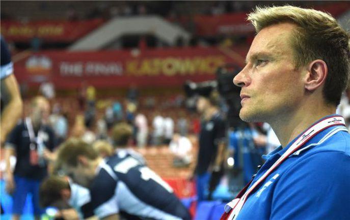 Команде Суоми в сегодняшнем матче с россиянами поможет не только опыт выступлений в нашей стране ее главного тренера Туомаса САММЕЛЬВУ…. Фото fivb.org