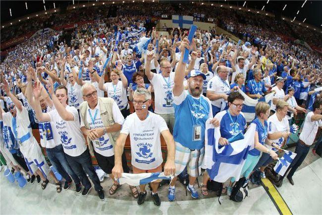 …но и мощная поддержка нескольких тысяч болельщиков, прибывших из Финляндии в Польшу. Фото fivb.org