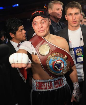 Руслан ПРОВОДНИКОВ с чемпионским поясом WBO, который он уступил в июне нынешнего года. Фото AFP