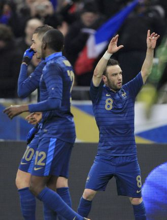 6 февраля 2013 года. Париж. Франция - Германия - 1:2. Матье ВАЛЬБУЭНА (справа) празднует тот самый гол головой в ворота будущих чемпионов мира. Фото REUTERS