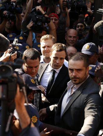 Четверг. Претория. Оскар ПИСТОРИУС пробивается в зал суда через толпу репортеров. Фото REUTERS
