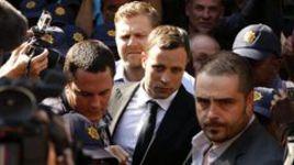 Четверг. Претория. Оскар ПИСТОРИУС пробивается в зал суда через толпу репортеров.