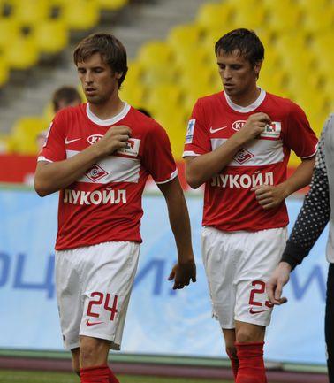 Дмитрий (справа) и Кирилл КОМБАРОВЫ до сих пор всегда выступали за одну команду, но в воскресенье спартаковец и торпедовец могут впервые выйти на поле друг против друга в официальном матче. Фото AFP