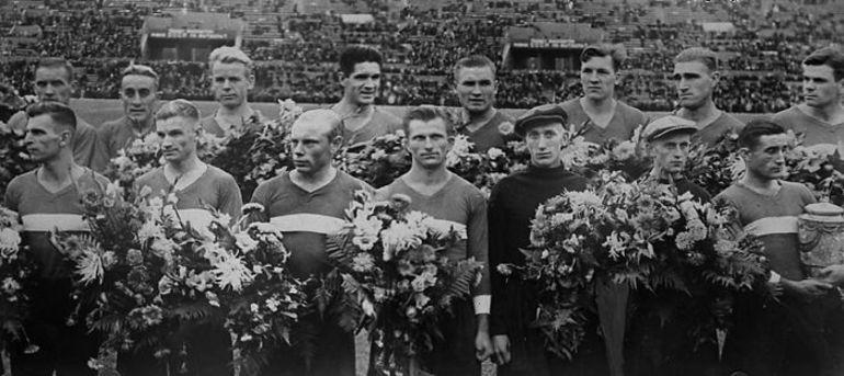 Московские спартаковцы принимают поздравления с выигрышем Кубка СССР-1939. Они еще не знают,что их победа - не окончательная. Фото из архива семьи ВОЛКОВЫХ