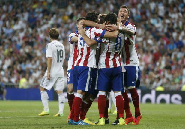 """Суббота. Мадрид. """"Реал"""" - """"Атлетико"""" - 1:2. 76-я минута. Гости празднуют победный гол. Фото REUTERS"""