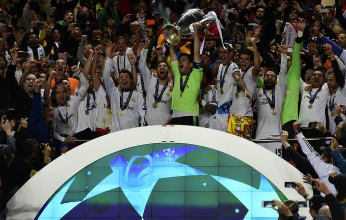 """24 мая. Лиссабон. Футболисты """"Реала"""" с Кубком чемпионов, десятым в истории клуба. Фото AFP"""