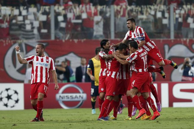 """Сегодня. Пирей. """"Олимпиакос"""" - """"Атлетико"""" - 3:2. Греки празднуют громкую победу. Фото REUTERS"""
