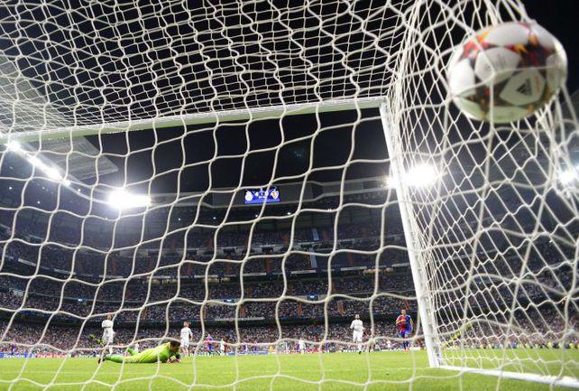 """Вторник. Мадрид. """"Реал"""" - """"Базель"""" - 5:1. 79-я минута. Исторический, 1000-й мяч """"Королевского клуба"""" в еврокубках влетает в ворота гостей от ноги Карима БЕНЗЕМА (второй справа). Фото AFP"""