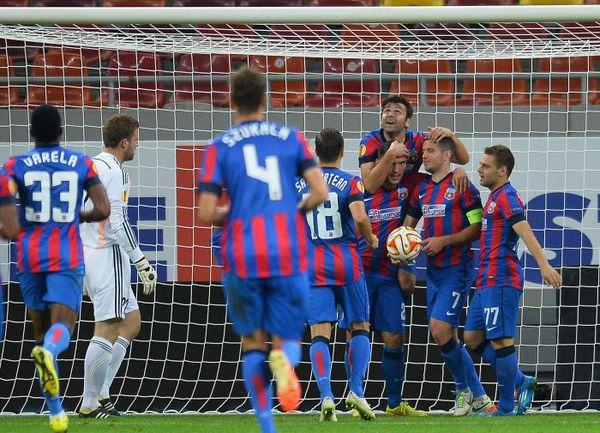 """Четверг. Бухарест. """"Стяуа"""" - """"Ольборг"""" - 6:0. Нападающий румынского клуба Клаудиу КЕШЕРУ (третий справа, внизу) еще не знает, что сделает хет-трик, а всего его команда забьет шесть мячей. Фото AFP"""