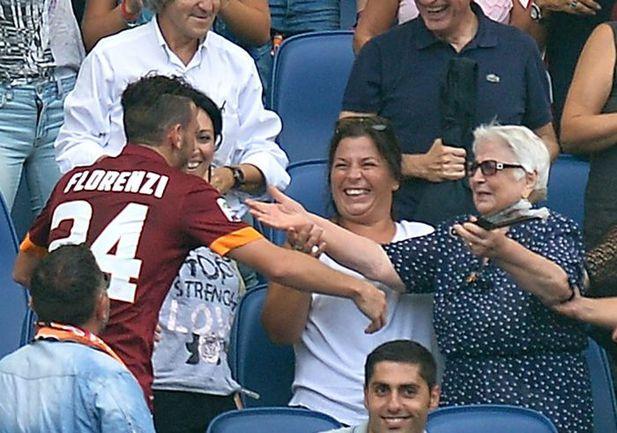 """Вчера. Рим. """"Рома"""" - """"Кальяри"""" - 2:0. 13-я минута. После забитого мяча Алессандро ФЛОРЕНЦИ поспешил разделить радость со своей бабушкой. Фото AFP"""