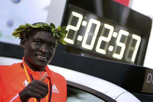 Сегодня. Берлин. Деннис КИМЕТТО выиграл Берлинский марафон, установив новый мировой рекорд. Фото REUTERS