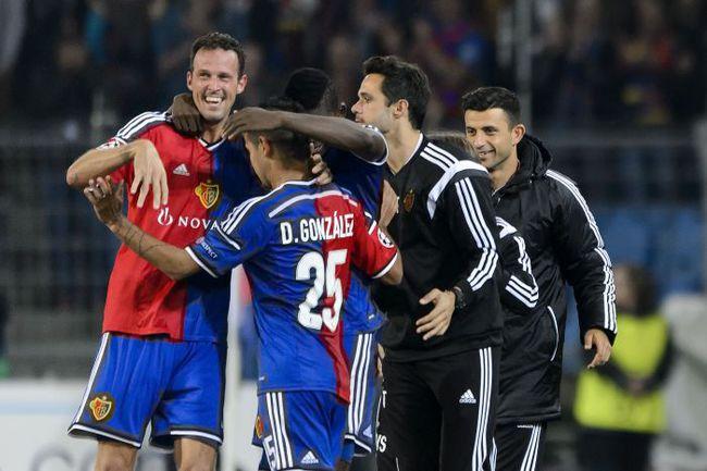 """Среда. Базель. """"Базель"""" - """"Ливерпуль"""" - 1:0. Партнеры по команде поздравляют Марко ШТРЕЛЛЕРА (слева) с голом. Фото AFP"""