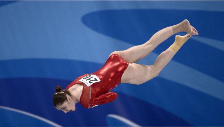 17 мая. София. Алия МУСТАФИНА выполняет опорный прыжок на чемпионате Европы. Фото AFP