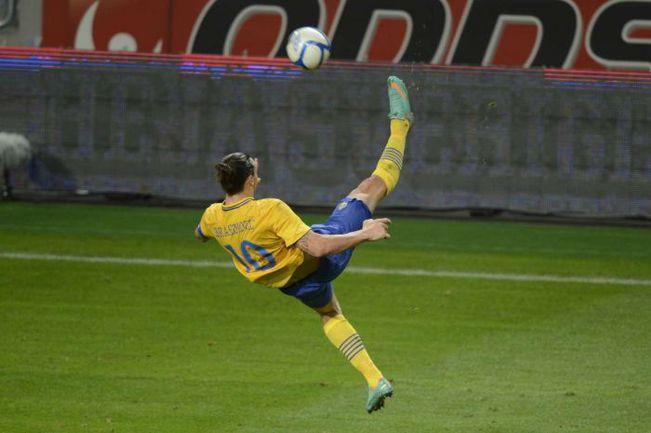 14 ноября 2012 года. Стокгольм. Швеция - Англия - 4:2. Златан ИБРАГИМОВИЧ забивает один из самых красивых голов в истории футбола. Фото REUTERS