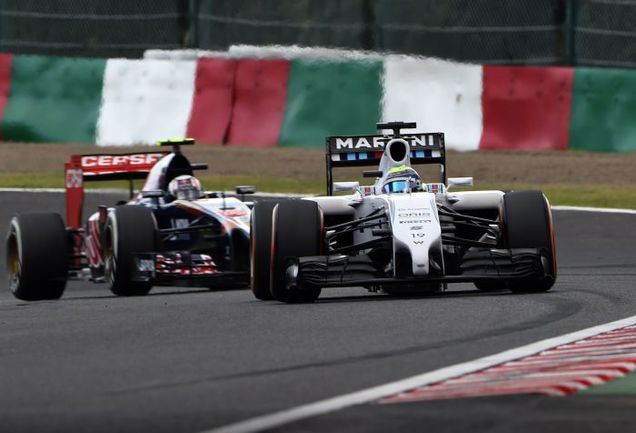 "Пятница. Сузука. Даниил КВЯТ (слева) и Фелипе МАССА на трассе ""Гран-при Японии"". Фото AFP"