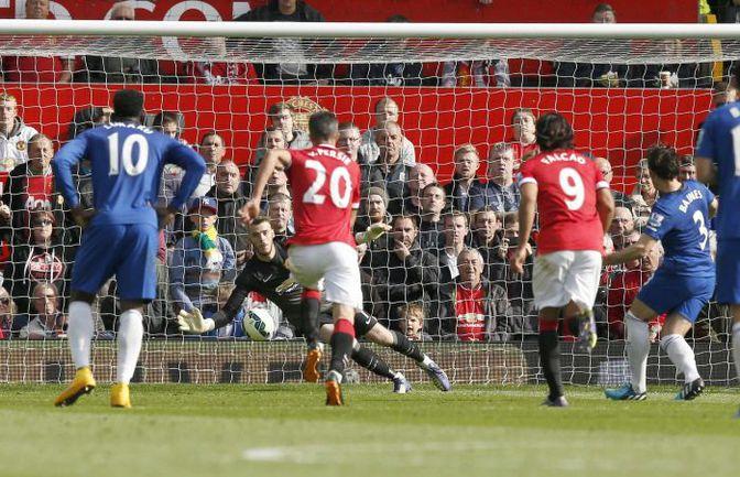 """Сегодня. Манчестер. """"Манчестер Юнайтед"""" - """"Эвертон"""" - 2:1. 45+4-я минута. ДАВИД ДЕ ХЕА отражает удар с одиннадцатиметровой отметки Лейтона БЭЙНСА (3). Фото REUTERS"""