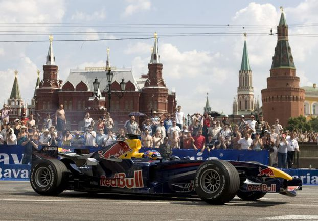 """Июль 2008 года. Показательные заезды """"Формулы-1"""" у стен московского Кремля. Настоящие """"Королевские гонки"""" в столицу так и не пришли, но подобные проекты в недавнем прошлом обсуждались. Фото REUTERS"""