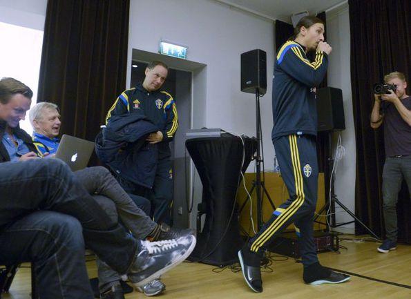 Вчера. Стокгольм. Златан ИБРАГИМОВИЧ появляется на пресс-конференции. Фото REUTERS