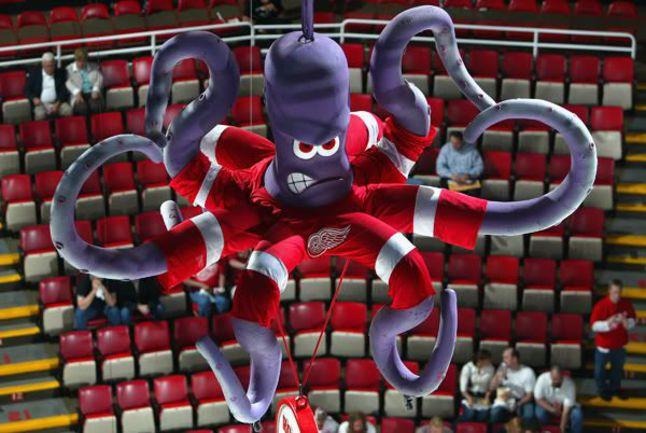 Осьминог Эл из Детройта - один из самых известных талисманов в НХЛ. Фото nhl.com