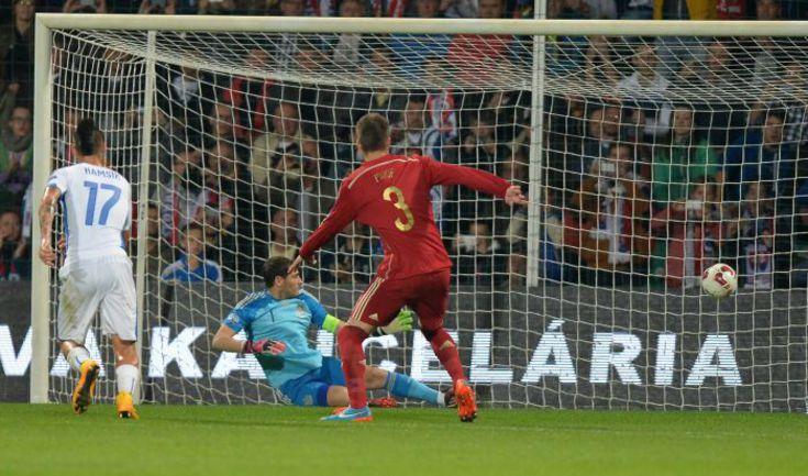 Вчера. Жилина. Словакия - Испания - 2:1. 17-я минута. В ворота Икера КАСИЛЬЯСА влетает первый мяч хозяев. Фото AFP