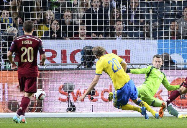 Четверг. Сольна. Швеция - Россия - 1:1. 49-я минута. Ола ТОЙВОНЕН проводит единственный мяч в ворота Игоря АКИНФЕЕВА, который провел сильный матч и отразил пенальти. Фото AFP