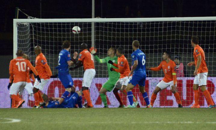 Понедельник. Рейкьявик. Исландия - Голландия - 2:0. 42-я минута. Хавбек исландцев Гилфи СИГУРДССОН (на поле) забивает второй мяч в ворота голландцев. Фото AFP