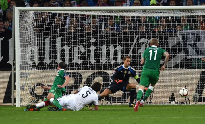 Вчера. Гельзенкирхен. Германия - Ирландия - 1:1. 90+4-я минута. Джон О`ШИ проводит ответный мяч гостей. Фото AFP