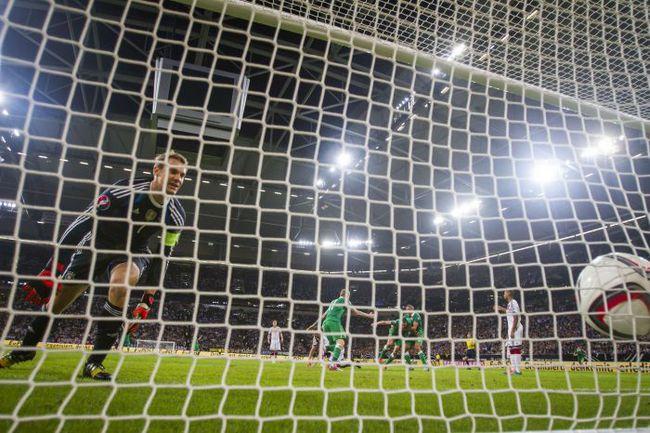 Вчера. Гельзенкирхен. Германия - Ирландия - 1:1. 90+4-я минута. Только что Джон О`ШИ провел ответный мяч в ворота Мануэля НОЙЕРА. Фото AFP
