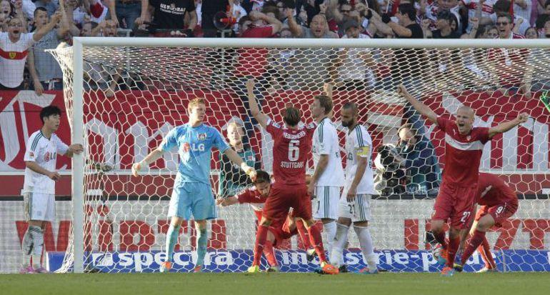"""Суббота. Штутгарт. """"Штутгарт"""" – """"Байер"""" – 3:3. Хозяева празднуют третий гол в ворота соперника. Фото AFP"""