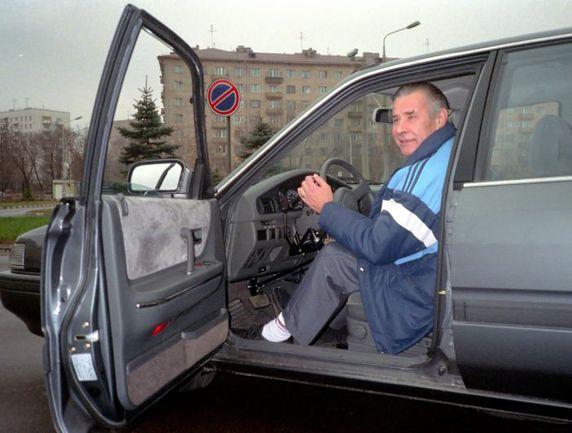 Лев Иванович ЯШИН за рулем иномарки, которую ему подарили болельщики из Японии. Фото Федор АЛЕКСЕЕВ