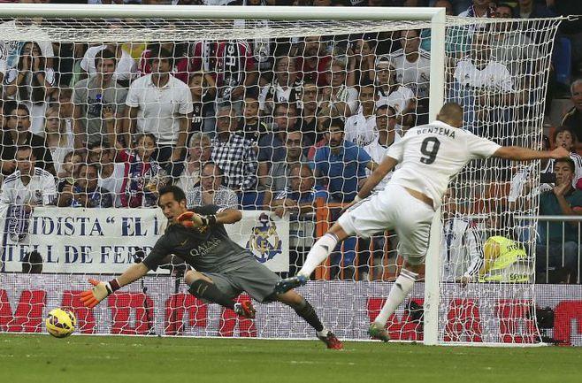 """Суббота. Мадрид. """"Реал"""" - """"Барселона"""" - 3:1. 61-я минута. Гол Карима БЕНЗЕМА. Фото REUTERS"""