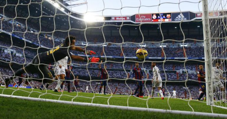 """Суббота. Мадрид. """"Реал"""" - """"Барселона"""" - 3:1. 50-я минута. Победный гол Пепе в ворота Клаудио БРАВО. Фото AFP"""