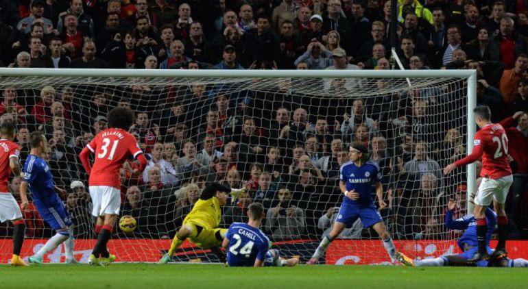 """Воскресенье. Манчестер. """"Манчестер Юнайтед"""" - """"Челси"""" - 1:1. 90+4-я минута. Гол Робина ВАН ПЕРСИ. Фото AFP"""