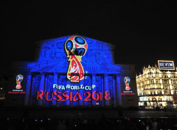 """Сегодня. Москва. Большой театр превратился в гигантский экран для светового шоу, на котором и был представлен логотип ЧМ-2018. Фото Антон СЕРГИЕНКО, """"СЭ"""""""