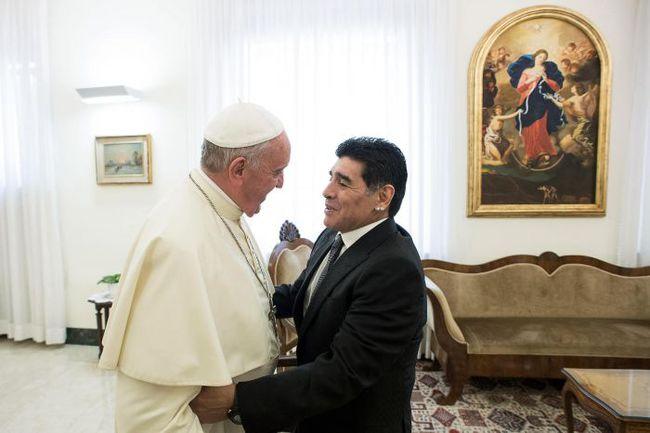 Первый аргентинский Папа Римский ФРАНЦИСК и лучший футболист в истории Аргентины Диего МАРАДОНА. Фото REUTERS