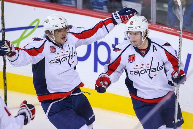 Александр ОВЕЧКИН (слева) привыкает играть без Никласа БЭКСТРЕМА. Получается пока не очень... Фото USA TODAY Sports