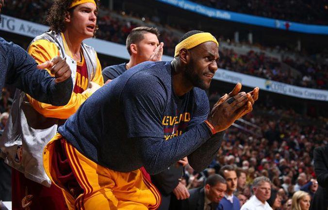 """Пятница. Чикаго. """"Чикаго"""" – """"Кливленд"""" – 108:114 ОТ. Леброн ДЖЕЙМС гонит своих партнеров вперед. Фото НБА"""