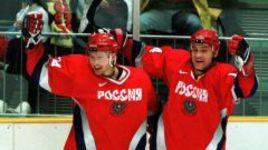 15 февраля 1998 года. Нагано. Олимпийские игры. Россия - Финляндия - 4:3. Герман ТИТОВ (справа) поздравляет Алексея МОРОЗОВА, который забросил победную шайбу.