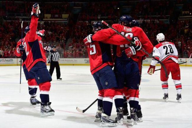 """Суббота. Вашингтон. """"Вашингтон"""" – """"Каролина"""" – 4:3 ОТ. """"Столичные"""" праздную гол, а Александр СЕМИН (№28) едет меняться. Фото НХЛ"""