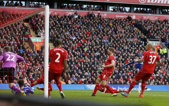 """Суббота. Ливерпуль. """"Ливерпуль"""" - """"Челси"""" - 1:2. 67-я минута. Победный гол ДИЕГУ КОСТЫ (второй справа). Фото REUTERS"""