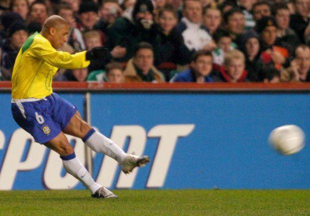 В 1997 году РОБЕРТО КАРЛОС отметился выдающимся голом... Фото AFP