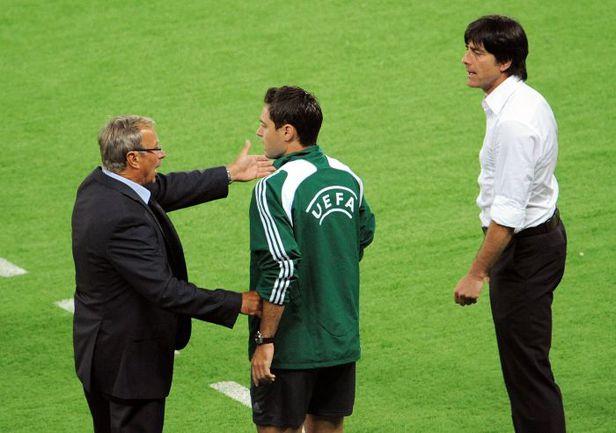 16 июня 2008 года. Вена. Австрия - Германия - 0:1. Йозеф ХИККЕРСБЕРГЕР (слева) и Йоахим ЛЁВ выясняют отношения на бровке. Фото AFP